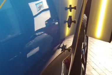 Smartrepair an blau-lackierter Autotür
